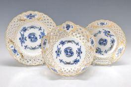3 Teile Porzellan, Meissen, 20. Jh., Dekor blauer Winddrache goldschattiert, Ränder in