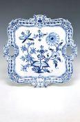 Grosse viereckiges Henkeltablett, Meissen, um 1900, dunkelblaues Zwiebelmuster, Ränder mit