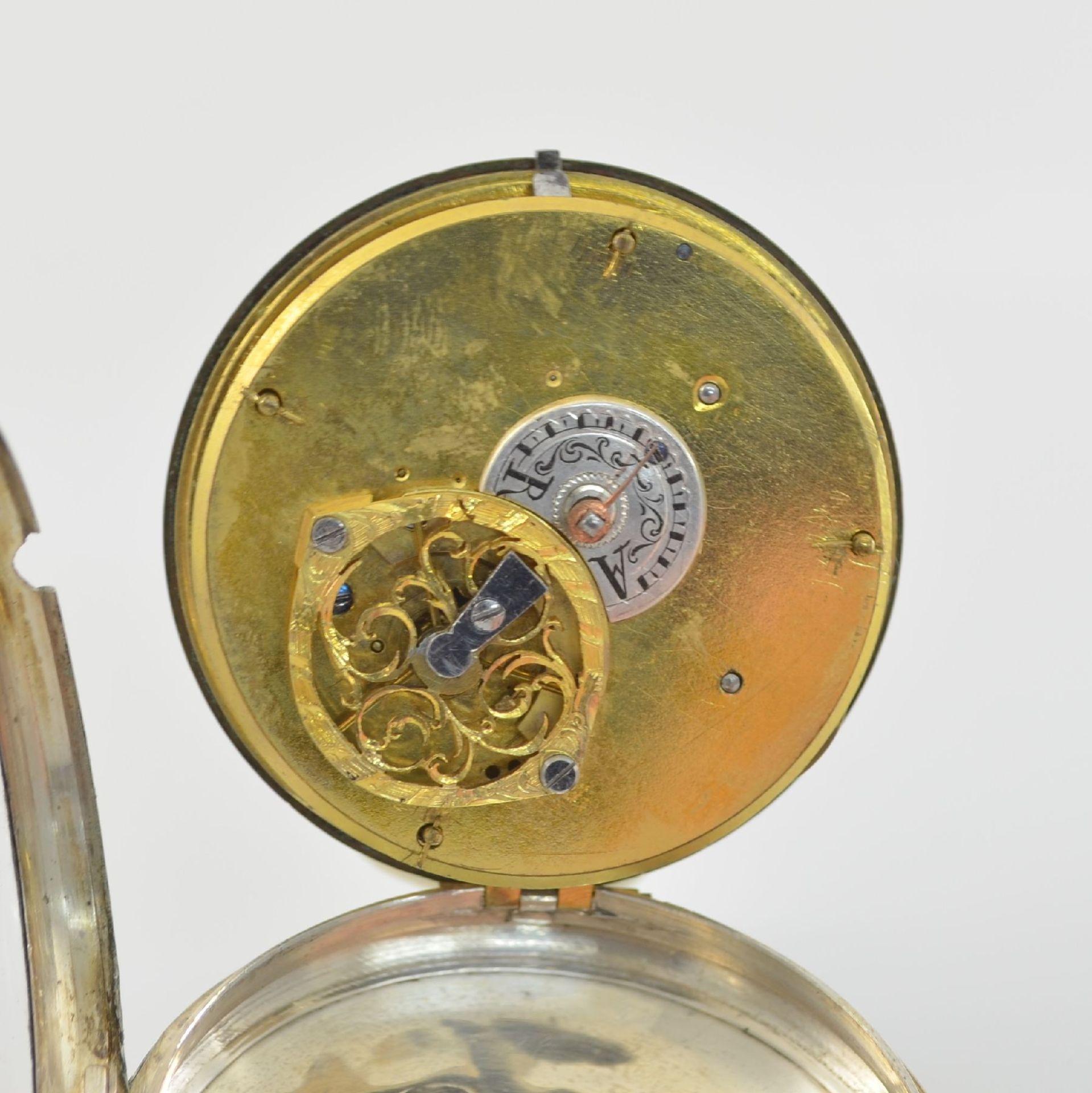 Spindeltaschenuhr mit aufwendig bemaltem Emailzifferblatt & Messingständer, Schweiz/ Frankreich um - Bild 4 aus 8