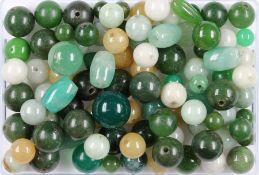 Lot lose Jade, zus. ca. 458.3 ct, Jadekugeln in versch. Größen und Farbnuancen, z.T. gebohrt,