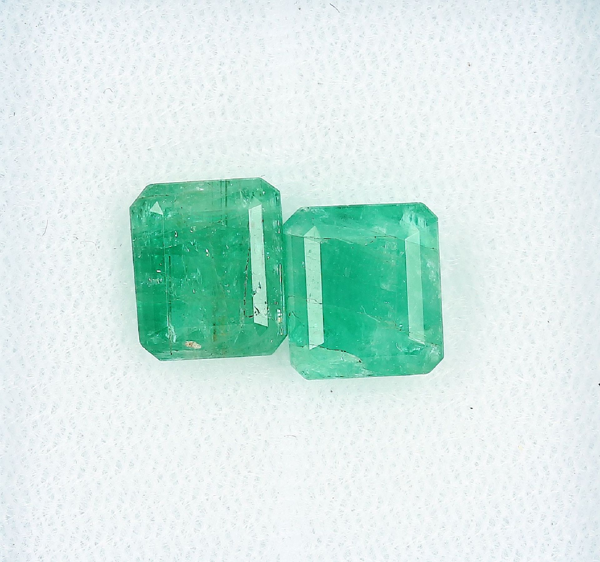 Lot 2 lose Smaragde, zus. ca. 5.5 ct, Smaragdcarrees Schätzpreis: 650, - EURLot 2 loose emeralds,