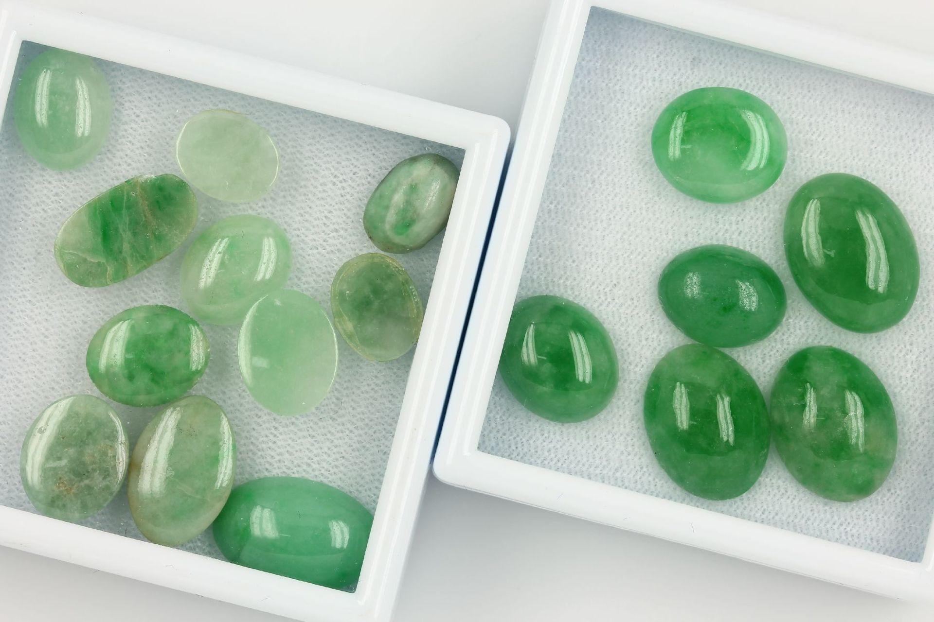 Los 70010 - Lot lose Jade, zus. ca. 80.2 ct, ovale Jadecabochons in versch. Größen Schätzpreis: 1500, - EURLot