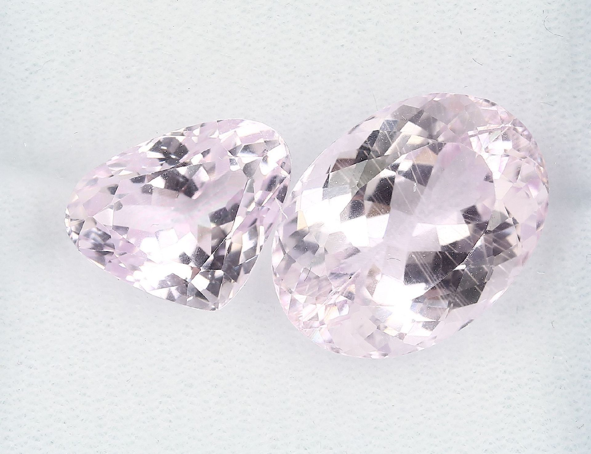 Los 70011 - Lot 2 lose Kunzite, zus. ca. 34.4 ct, best.aus: 1 x oval facett. und 1 x tropfenf. facett.