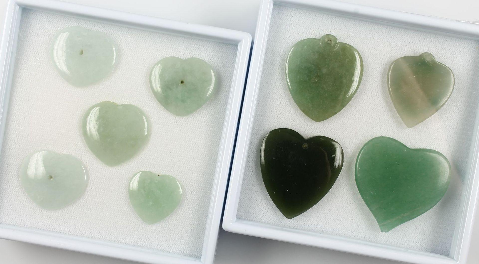 Lot lose Jadeskulpturen, zus. ca. 284 ct, best. aus: 9 x Herz, davon 3 x gebohrt zur Verwendung