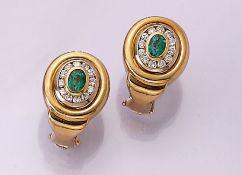 Paar 18 kt Gold Ohrstecker mit Smaragden und Brillanten, GG 750/000, mittig je 1 oval facett.