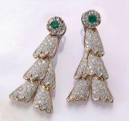 Paar 18 kt Gold Ohrgehänge mit Smaragden und Brillanten, GG/WG 750/000, 2 rundfacett. Smaragde