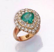 18 kt Gold Ring mit Smaragd und Brillanten, RoseG 750/000, mittig tropfenf. facett. Smaragd ca. 2.