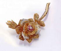 18 kt Gold Blütenbrosche mit Diamanten und Rubinen, GG/WG 750/000, detaillierte Ausarbeitung,