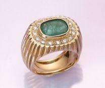 14 kt Gold Ring mit Smaragden und Brillanten, GG 585/000, ovalfacett. Smaragd ca. 4.70 ct, umrahmt