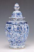 Deckelvase, Delft, Anfang 19. Jh., Fayence, umlaufender floraler Dekor mit Engeln, leichte