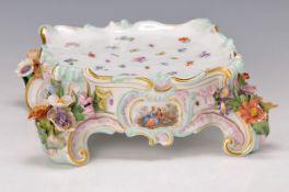 Postament/Sockel für eine Vase, Meissen, um 1860, applizierter Blütendekor, restauriert und leicht