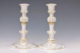 Zwei Kerzenleuchter und zwei Schalen, Ludwigsburg, 20. Jh., Porzellan, vergoldeter Rocaillendekor,