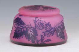 Deckeldose, Böhmen, Harrach´sche Glashütte Neuwelt, um 1904, farbloses Überfangglas, rosafarbene