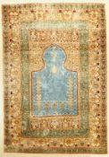 Kashmir Seide Gebetsteppich, Indien, ca. 70Jahre, Seide Baumwolle, ca. 195 x 136 cm, Himmelblauer