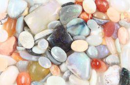 Lot lose Opale, zus. ca. 157.3 ct, Cabochons in versch. Größen und Formen, Farb- spiele in Blau,