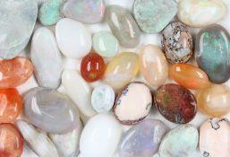 Lot lose Opale, zus. ca. 190 ct, Opalcabochons in versch. Größen und Formen, u.a. Feuer- und