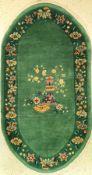 Grüner Peking alt (Oval), China, um 1950, Wolle auf Baumwolle, ca. 175 x 95 cm, dekorativ, seltene