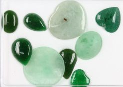Konvolut aus Jade zus. 89.35 ct, 3 x Herz, 1 xKreis, 2 x oval, 3 x Tropfen, versch. Grüntöne