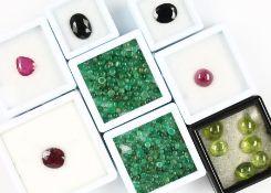 Lot lose Farbsteine, best. aus: lose Smaragde zus. ca. 43 ct, in versch. Größen undSchliffarten, z.