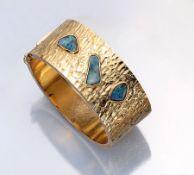 Ausgefallener 14 kt Gold Armreif mit Opalen, GG 585/000, strukt. Oberfläche, mittig 3 Boulderopale
