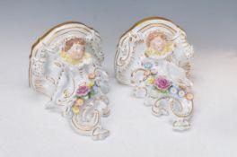 Paar Wandkonsolen, von Schierholz, 20. Jh., Porzellan, mit vollplastischen bunten Blüten appliziert,
