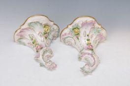 Paar Wandkonsolen, Volkstedt, 20. Jh., Porzellan, mit bunten vollplastischen Blüten appliziert, eine