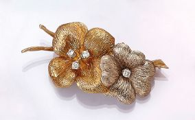 18 kt gold brooch with brilliants , YG/WG 750/000, 4 brilliants total approx. 0.30 ct Wesselton/