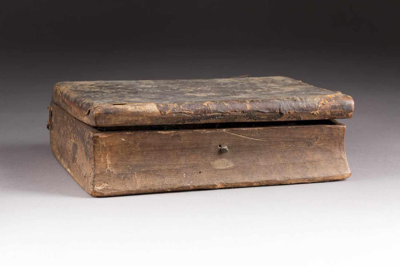Lot 485 - SELTENES RELIQUIEN-KÄSTCHEN IN FORM EINES BUCHES MIT AUSGEWÄHLTEN HEILIGEN Griechenland, datiert
