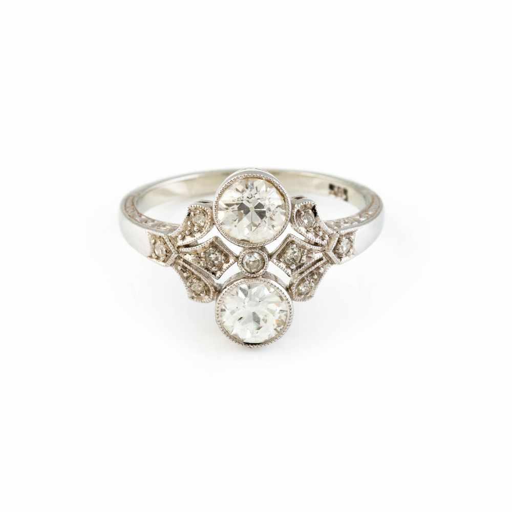 Lot 21 - ART-DÉCO DIAMANT-RING Weißgold. Ringmaß ca. 52,5, Ges.-Gew. ca. 2,9 g. Gest. 585. Zwei Diamanten