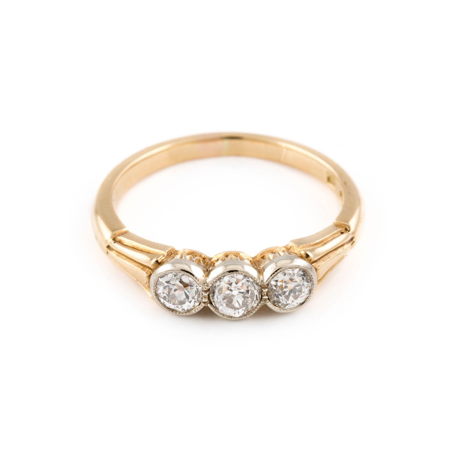 Lot 34 - DIAMANT-RING Gelbgold. Ringmaß ca. 57,5, Ges.-Gew. ca. 3,9 g. Geprüft 14 K. Drei Diamanten im
