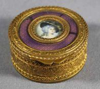 1 kleine runde Deckeldose Messing mit Miniaturmalerei, Reliefdekor, im Zentrum des Deckels ein