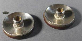1 Paar kleine Kerzenständer Silber/Holz, H ca. 4cm, Gebrauchsspuren, 20. Jhd.- - -23.50 % buyer's