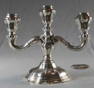 1 Kerzenleuchter 3-flammig, Sterlingsilber (925/000), Punzen: Halbmond und Krone, stehender Löwe,