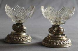 1 Paar kleine Salièren, dekorativ beschliffenes Kristallglas auf Silberfüssen, H ca. 8cm, D ca. 7cm,