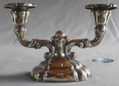 1 kleiner Kerzenleuchter 2-flammig, Sterlingsilber (925/000), Punzen: Halbmond und Krone,
