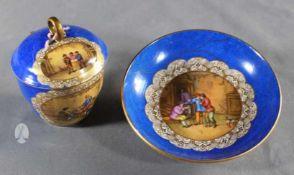 """1 Deckeltasse mit Unterteller Porzellan """"Meißen, blaue Schwertermarke"""", kobaltblauer Fond mit"""