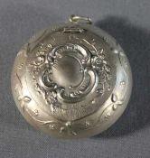 1 kleine runde Pillendose mit kleiner Anhängeröse, Silber, Deckel und oberer Teil der Wandung mit