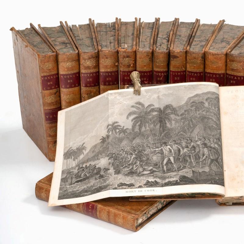 Lot 27 - COOK (Capitaine James). [Voyages autour du monde.]. 1774 à 1785. 13 vol. in-4°