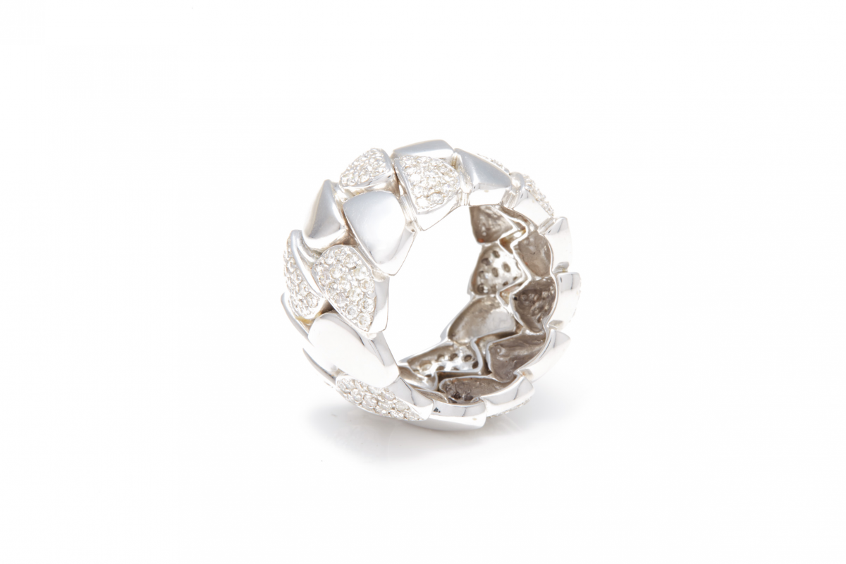 Lot 40 - AN 18K WHITE GOLD AND DIAMOND WIDE BAND RING