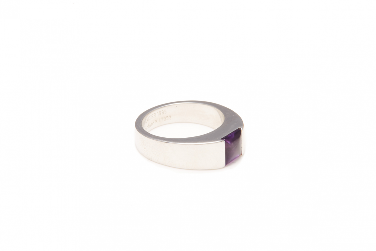 Lot 28 - CARTIER - AN 18K WHITE GOLD AND AMETHYST 'TANK' RING
