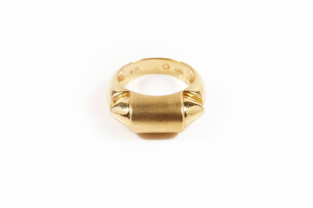 Lot 55 - A MENS 14KT GOLD RING