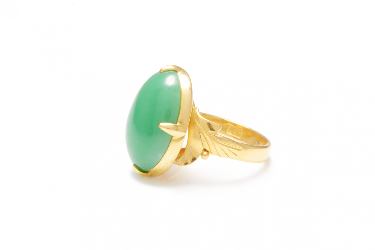 Lot 47 - A VINTAGE 18K GOLD AND JADE RING