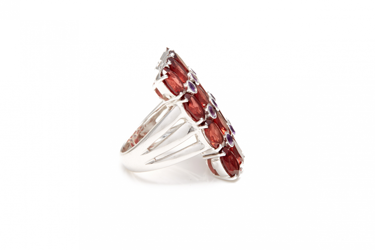 Lot 38 - AN 18K WHITE GOLD GARNET AND AMETHYST COCKTAIL RING