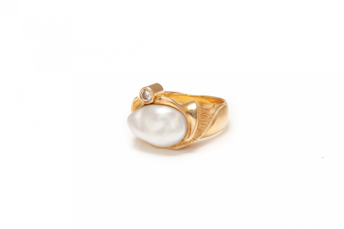 Lot 34 - AN 18K GOLD, PINK DIAMOND & PEARL RING