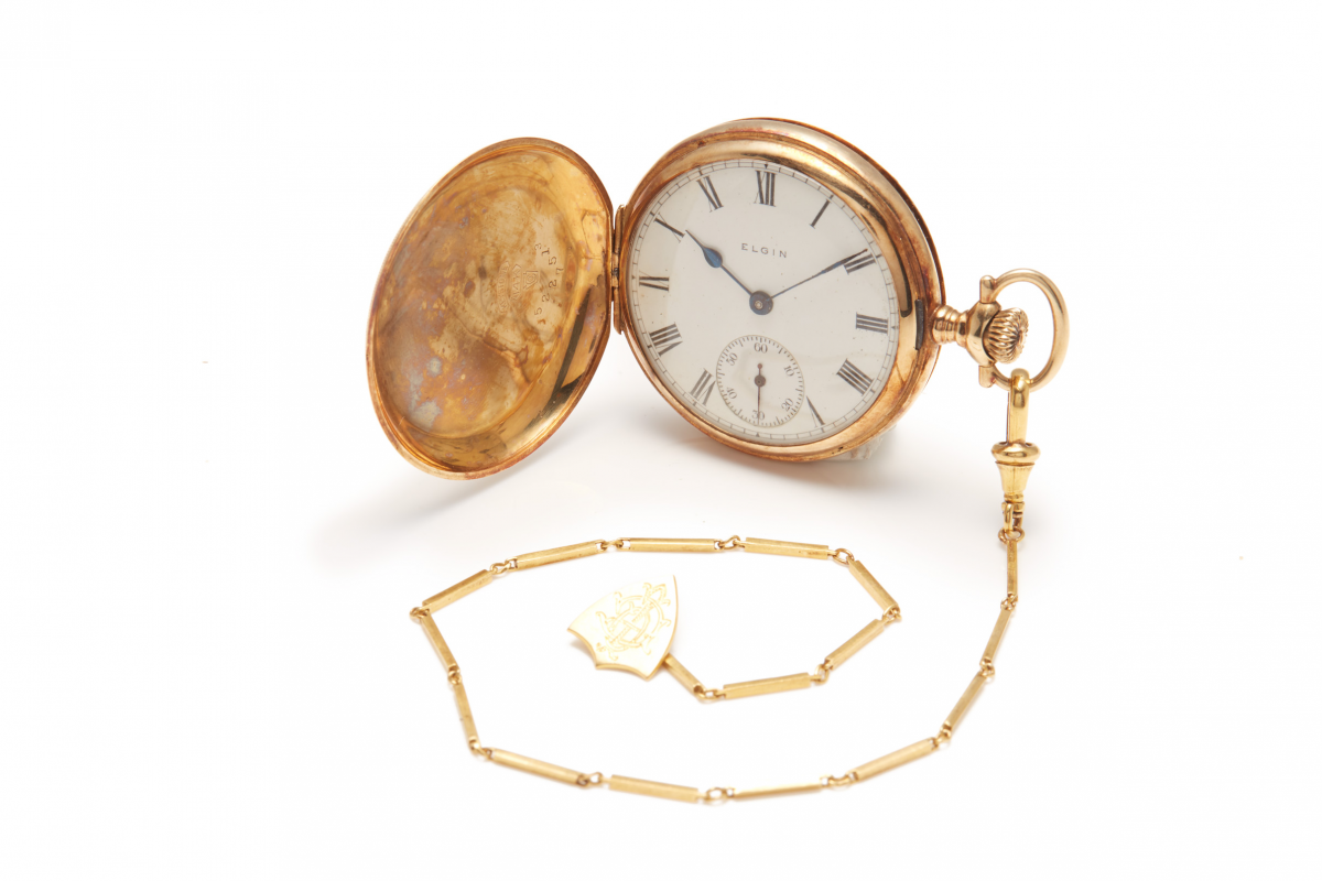 Lot 24 - ELGIN - A 14K GOLD POCKET WATCH WITH CHAIN