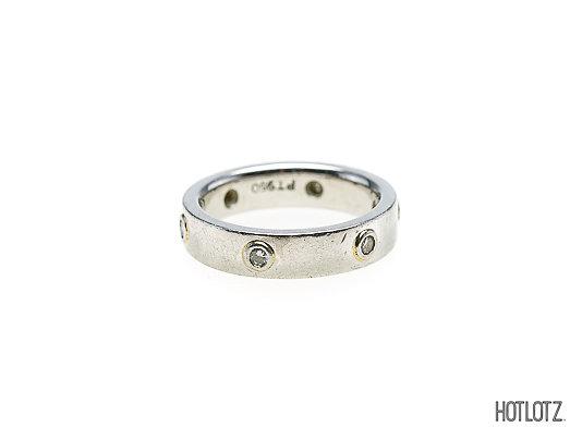 Lot 56 - A PLATINUM AND DIAMOND RING