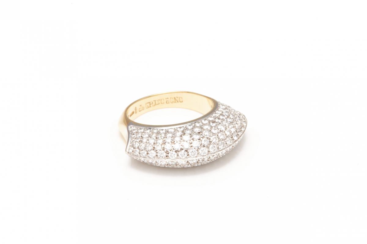 Lot 43 - DE GRISOGONO - AN 18K WHITE GOLD AND WHITE DIAMOND RING