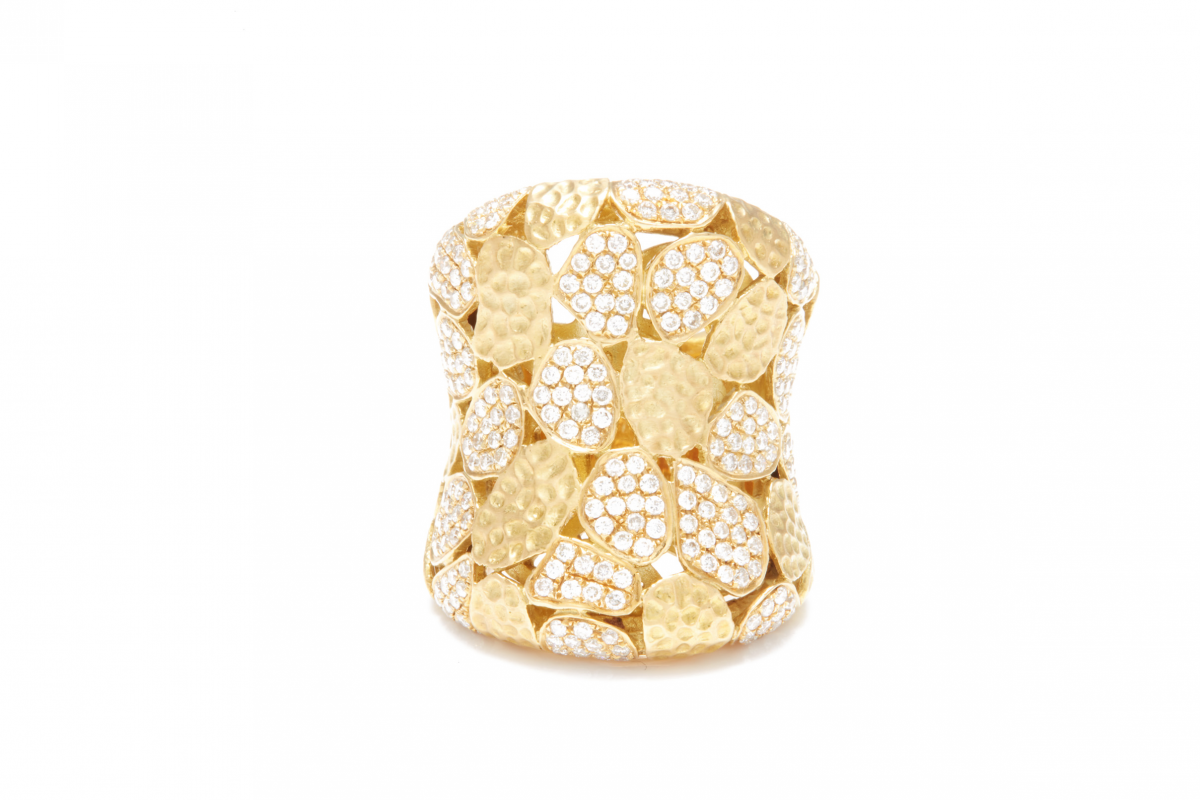 Lot 52 - A DIAMOND AND GOLD RING