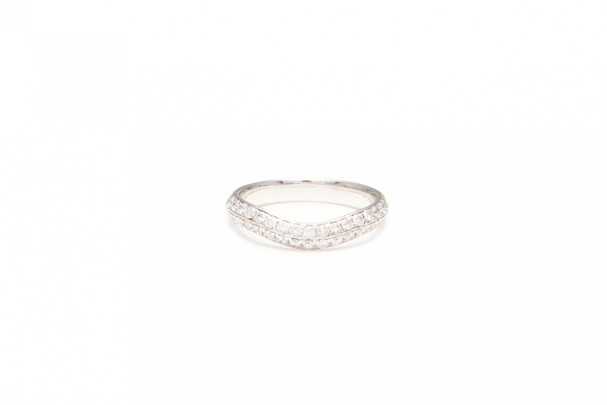 Lot 27 - AN 18K WHITE GOLD AND DIAMOND RING