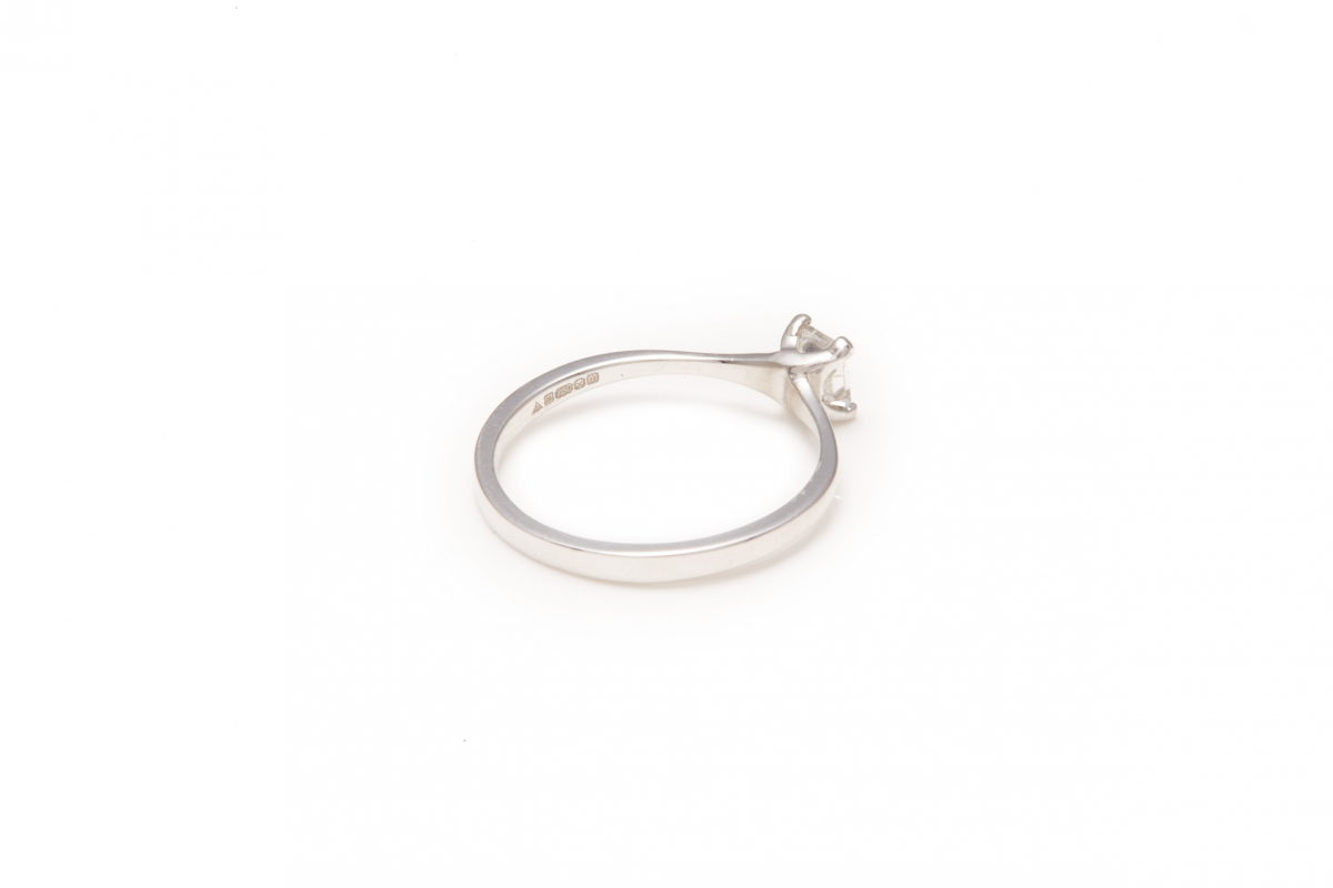 Lot 49 - AN 18K WHITE GOLD AND DIAMOND SOLITAIRE RING